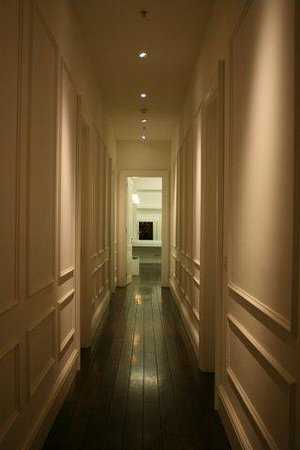 Pera Residence: Passageway connecting the hall and the bedroom