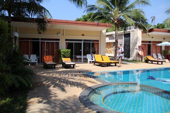 Phuket Sea Resort: Кусочек территории отеля.