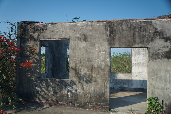 Cape Bolinao Lighthouse: Abandoned building