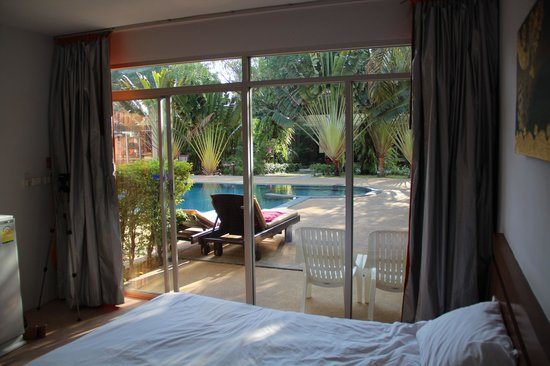 Phuket Sea Resort: Вид из моего номера на бассейн. Благодать, когда выходишь из номера и ныряешь!!!