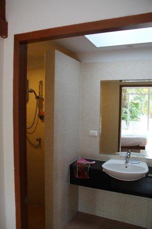 Phuket Sea Resort: санузел поделен на 3 зоны: душ, туалет и умывальная зона