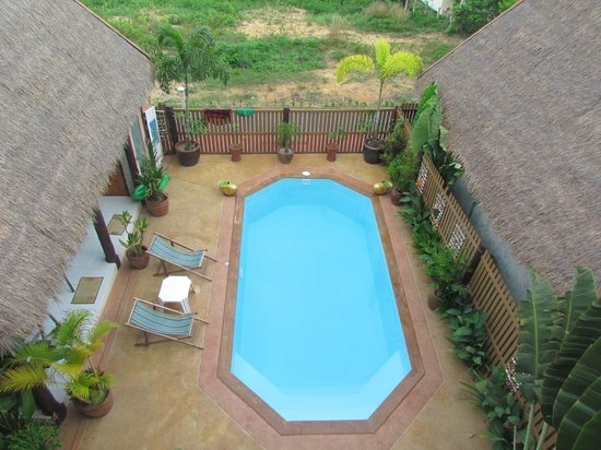 Golden Pool Villas: Gorgeous heated pool and sunloungers.Tables and gym equipment in the shade.
