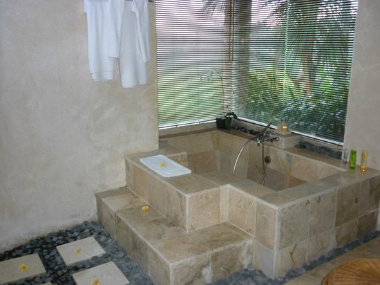 Puri Gangga Resort: baignoire