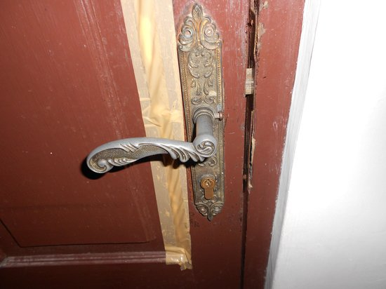 Balisandy Resort: Broken door , not safe