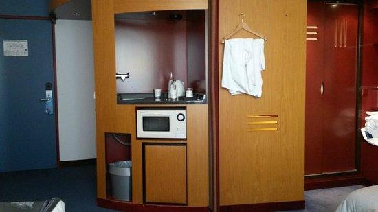 Hotelzimmer Mit Küchenzeile Hamburg ~ hotelzimmer mit wasserkocher, mikrowelle und minikühlschrank bild von novotel suites hamburg