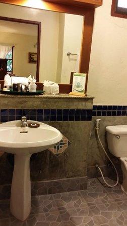 Hyton Leelavadee Phuket: bathroom