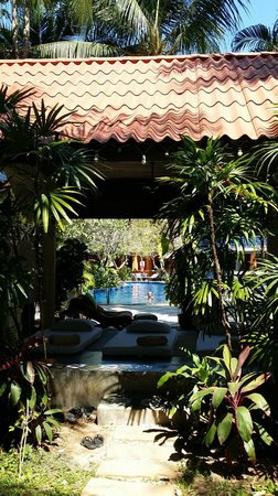 Hyton Leelavadee Phuket: pathway from lobby to room