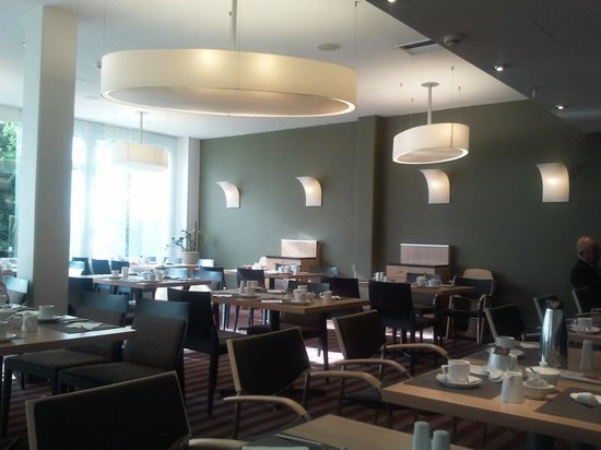 Mercure Airport Hotel Berlin Tegel : Modern breakfast room