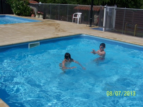 Gîtes la Grange du Cheval Blanc : A la piscine