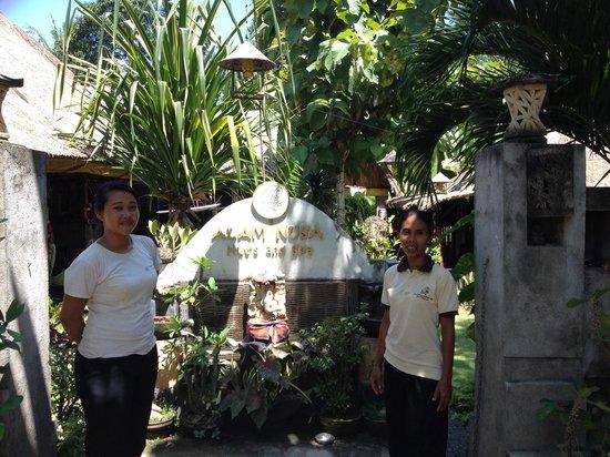 Alam Nusa Huts and Spa: La patronne et sa fille