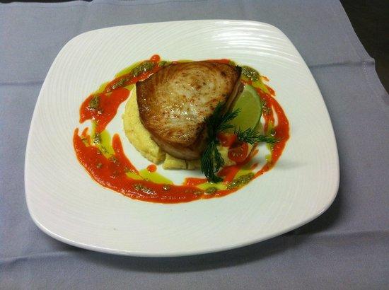 Enfaim: Steak d'espadon au coulis de poivron rouge parfumé au lait de coco sur gâteau de polenta