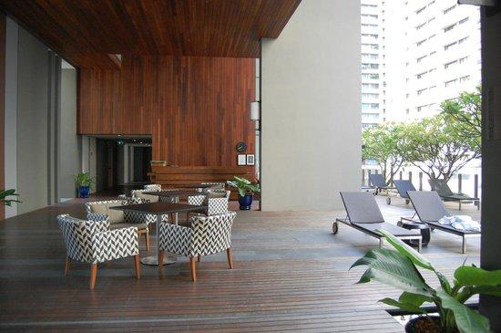 Hansar Bangkok Hotel: Pool area