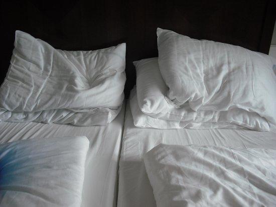 Austria Trend Parkhotel Schoenbrunn Vienna : The bed wasn't made up.