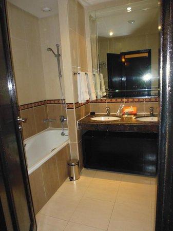 Eden Andalou Hotel Aquapark & Spa: salle de bain sans douche