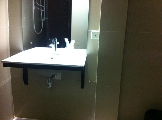 Angkor International Hotel: clean bathroom