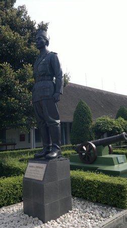 Yogyakarta Fortress Museum : Patung Jenderal Soedirman