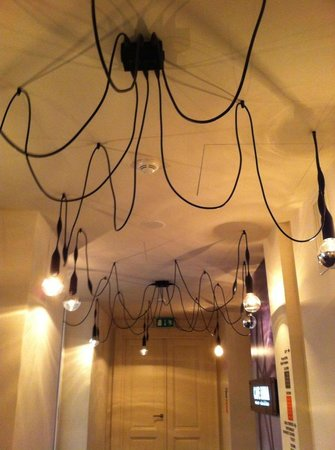 Hotel UNIC Prague: Lovely light fixture in the main reception area