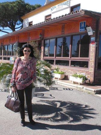 Hostal Rural la Plata: Detras de mi, entrada al hotel, donde hay una terraza cubierta y luego se pasa al salon principa