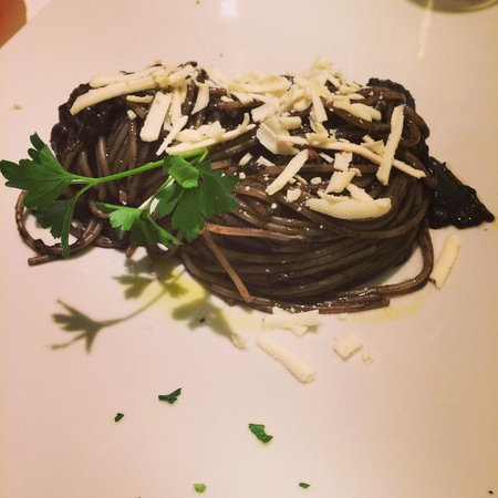 Trattoria da Nino : Spaghetti al nero di seppia con ricotta affumicata. Vincitore di molti premi
