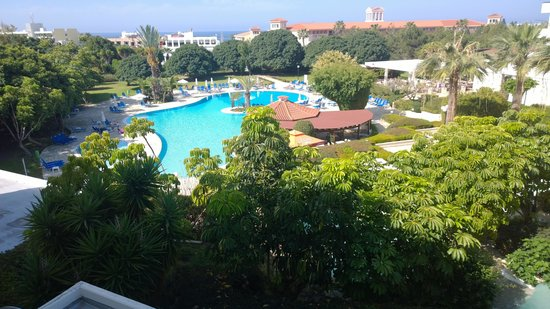 Avanti Hotel: view of pool from room