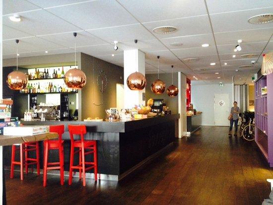 Conscious Hotel Vondelpark: reception/bar/sala colazione