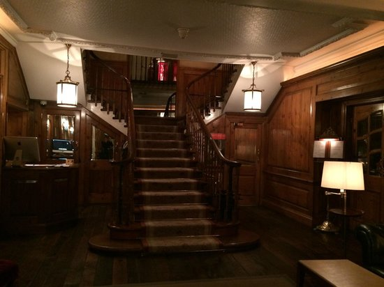 Durrants Hotel: staircase at the entrance