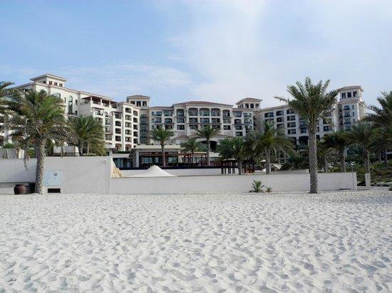 The St. Regis Saadiyat Island Resort: Hotel vom Strand