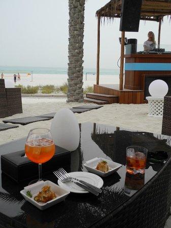 The St. Regis Saadiyat Island Resort : DJ Music - Bar beim Turquoiz