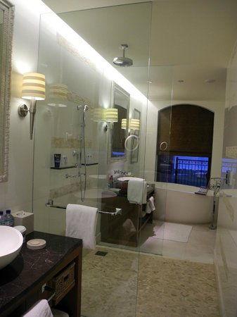 The St. Regis Saadiyat Island Resort : Badewanne mit Sicht aufs Meer!