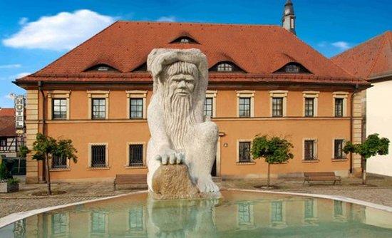 Riesengebirge Hotel: Das Riesengebirge vom Marktplatz aus gesehen, da darf der Rübezahlbrunnen natürlich nicht fehlen