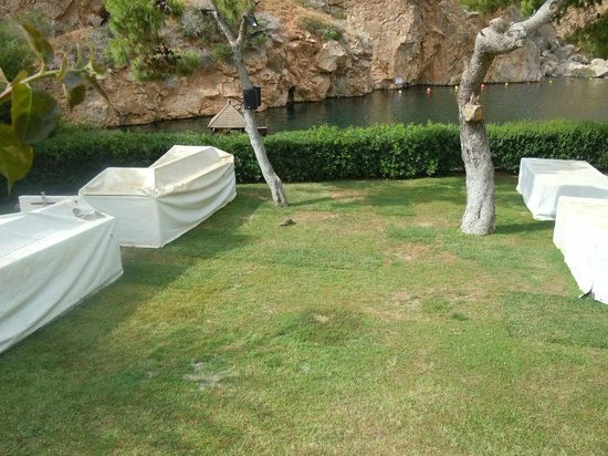 Vouliagmeni Lake: Garden area at the lake