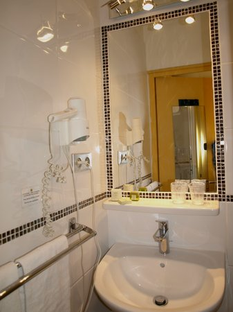 Logis Hotel des Cayrons : Modern Bathrooms