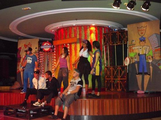 Dunas Mirador Maspalomas: the animation team performing beat city