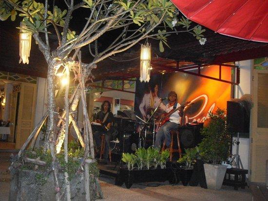 Amora Beach Resort: Hotel band