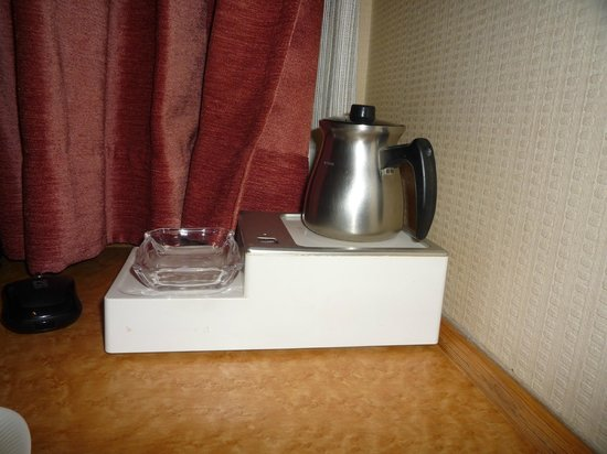 Tachikawa Grand Hotel : Чайник в номере