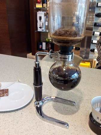Bibouq Calici & Bouquet dei 5 Sensi: The Siphon coffee maker from Japan. We use it to brew a sweet infusion of high quality coffee.