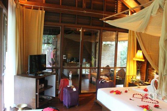 Zeavola Resort : foto de la cabaña desde el interior