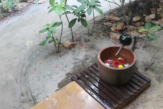 Zeavola Resort : Entrada de la habitacion, cazo para lavar la arena de los pies