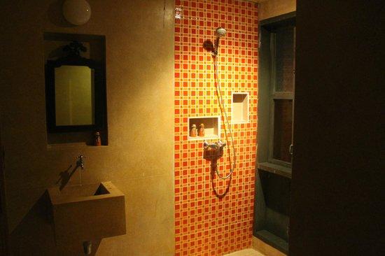 Zeavola Resort : baño y ducha interior