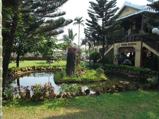 Hoi Pho Hotel: Some of the grounds between the front and the restaurant