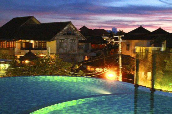 Sun Island Hotel & Spa Legian: View at the pool area