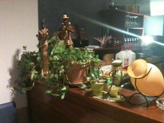 BAR AMBROSIA : Le bar de l'étage: fouillis et hors sujet décoratif...