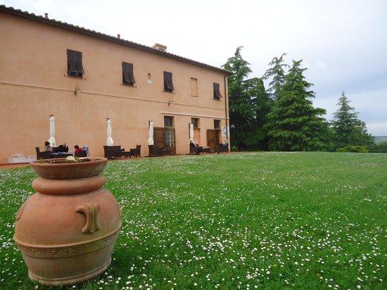 Agriturismo Santo Pietro : Zijaanzicht met terras en tuin
