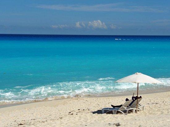 Playa Delfines: 青と白