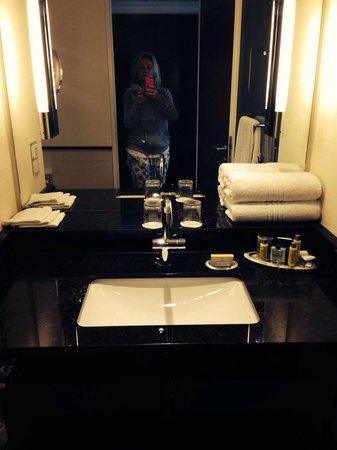 Berlin Marriott Hotel: Il bagno elegante
