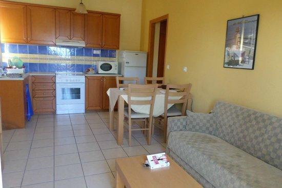Aristea Hotel Rethymnon: salon et cuisine
