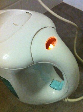 Copthorne Hotel & Resort Hokianga: Missing plastic cover over the light on the kettle.