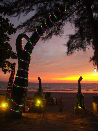 Cha-Ba Bungalows & Art Gallery: Night time