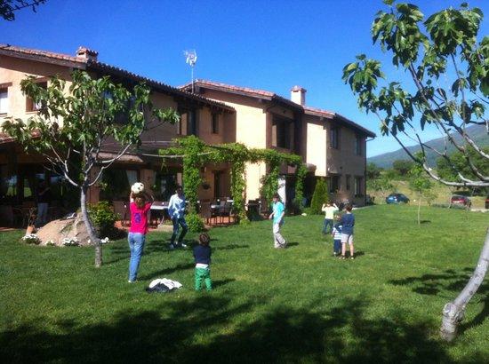 Hotel Rural Llano Tineo: Partidazo en el jardín junto a la piscina