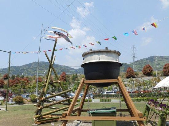 Yoshinogawa Highway Oasis : 玄関前の「お釜」の大きなモニュメント